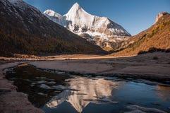 La montaña sagrada de la nieve de Jambeyang y su reflexión Foto de archivo libre de regalías