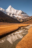 La montaña sagrada de la nieve de Jambeyang y su reflexión Fotografía de archivo