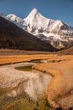 La montaña sagrada de la nieve de Jambeyang y su reflexión Imágenes de archivo libres de regalías