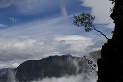 La montaña se nubla el cielo Imagenes de archivo