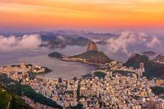 La montaña Sugarloaf y Botafogo en Rio de Janeiro en la puesta del sol, imagenes de archivo