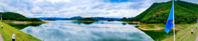 La montaña tailandesa con el río Imagenes de archivo