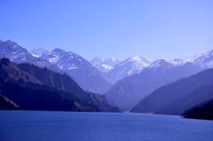 La montaña y el lago riegan, Tianshan Tianchi, China Foto de archivo libre de regalías