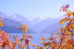 La montaña y el lago riegan, Tianshan Tianchi, China Fotos de archivo