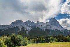La montaña y el valle en Canmore Fotos de archivo