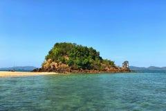 La montaña y la isla en Krabi, Tailandia Foto de archivo
