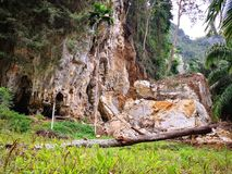 La montagna è devastata tramite erosione dell'acqua piovana per lungo tempo E Fotografie Stock