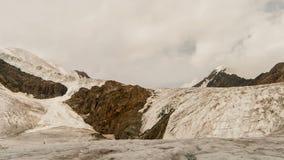 La montagna completa con neve, il ghiacciaio e le nuvole video d archivio