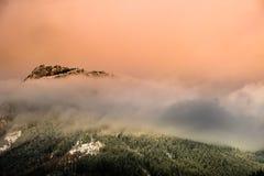 La montagna con una sciarpa della nebbia immagini stock libere da diritti