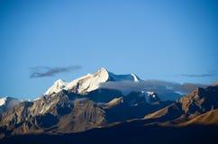 La montagna della neve alla luce solare Fotografia Stock Libera da Diritti
