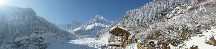 La montagna della neve e del padiglione panoramica fotografia stock libera da diritti