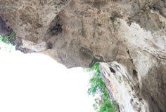 La montagna della scogliera della roccia in natura bella di grande pietra delle caverne su fondo bianco con lo spazio della copia Immagini Stock