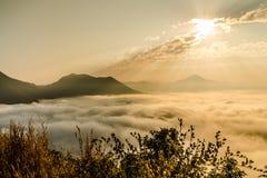 La montagna di aumento del sole in Tailandia, Phu Tok fotografia stock libera da diritti