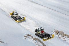 La montagna di Dachstein in Austria con con il gatto delle nevi lavora la preparazione a macchina della pista dello sci Immagine Stock Libera da Diritti
