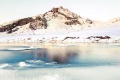 La montagna di DrangshlÃd (DrangshlÃðfjall) si trova adiacente alla SK immagine stock