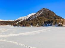 La montagna di Seehorn in Svizzera come visto dalla città di Dav Fotografia Stock Libera da Diritti