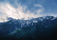 La montagna e l'uomo fotografie stock