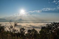 La montagna e la foschia con l'aumento del sole fotografia stock libera da diritti