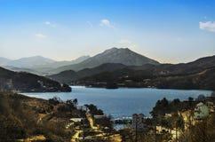 La montagna e la laguna abbelliscono su fondo del cielo Fotografia Stock Libera da Diritti