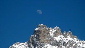 La montagna e la luna fotografie stock