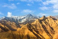 La montagna ha coperto la neve Immagine Stock