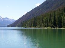 La montagna incontra il lago Fotografie Stock