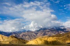 La montagna mette a strati il withh cloundy Fotografia Stock