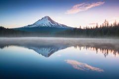 La montagna Mt del vulcano Cappuccio, nell'Oregon, U.S.A. Al tramonto con la riflessione sull'acqua del lago Trillium Bella costa immagine stock