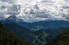 La montagna Peitlerkofel con le nuvole sceniche Fotografia Stock