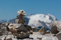 La montagna Ridge nelle alpi italiane delle dolomia nell'ora legale ed in pietre ha impilato uno a vicenda Fotografie Stock