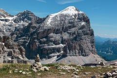 La montagna Ridge nelle alpi italiane delle dolomia nell'ora legale ed in pietre ha impilato uno a vicenda Fotografie Stock Libere da Diritti
