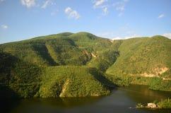 La montagna rive Immagine Stock