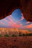 La montagna rossa della roccia con il tramonto dell'arco si appanna vicino a Calitzdorp in Sou Immagine Stock Libera da Diritti