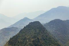 La montagna verde con nebbia e la montagna mettono a strati nei precedenti di estate di mattina nel PA del Sa, Vietnam Fotografie Stock Libere da Diritti