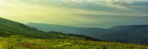 La montagne a été donnée dans les montagnes boisées Image stock