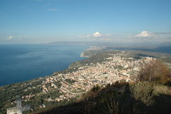 La montagne avec la vue sur la mer Photo libre de droits