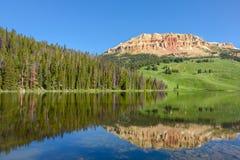 La montagne de butte de Beartooth et le lac bear dans Yellowstone se garent, les Etats-Unis Photos stock