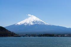 La montagne de Fuji avec l'enneigement sur le dessus avec pourrait, le Japon image libre de droits