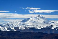 La montagne de l'Himalaya s'échelonne de la route Images stock