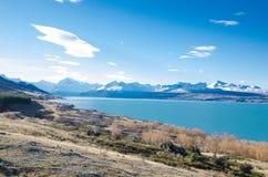 La montagne de Milou avec l'eau bleue de lac et le fond de ciel bleu à l'île du sud, Nouvelle-Zélande photographie stock libre de droits