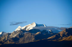 La montagne de neige à la lumière du soleil Photo libre de droits