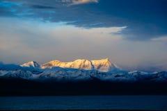 la montagne de neige du lever de soleil Photos libres de droits