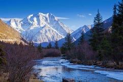 La montagne de ruisselet et de neige photos stock