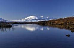La montagne de Syostasula s'est reflétée dans le lac Pingvallavatn, parc national de Pingvellir, Islande Image stock
