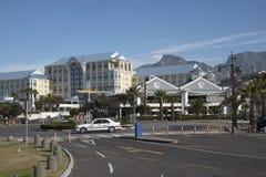 La montagne de Tableau donne sur le complexe Cape Town de bord de mer Photo stock