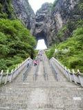 La montagne de Tianmen avec vue sur la caverne connue sous le nom de porte du ` s de ciel et 999 escaliers raides chez Zhangjiagi Photos stock