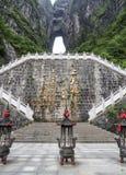 La montagne de Tianmen avec vue sur la caverne connue sous le nom de porte du ` s de ciel et 999 escaliers raides chez Zhangjiagi Photographie stock