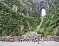 La montagne de Tianmen avec vue sur la caverne connue sous le nom de porte du ` s de ciel et 999 escaliers raides chez Zhangjiagi Photo stock