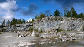 La montagne en pierre en parc Ruskeala de montagne photographie stock