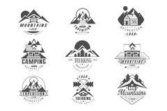 La montagne, ensemble de logo d'exp?dition, le camping, r?tros insignes de trekking dans le style monochrome dirigent des illustr illustration stock